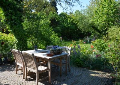 Blik op de tuin vanaf het B&B terras.