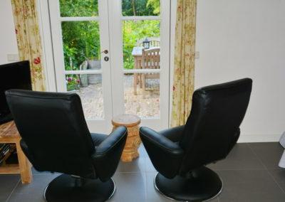 De B&B fauteuils met uitzicht op de tuin.