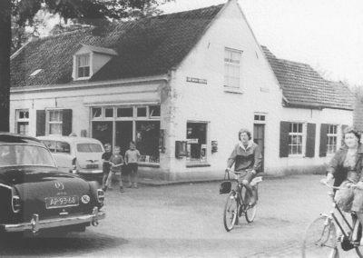 Huys en Hoff Aen Den Haspel met de bakkerij en winkel in vol bedrijf tussen 1960 en 1971.