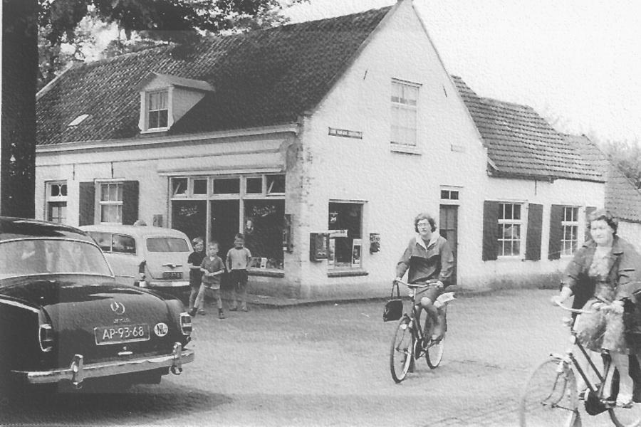 Huys en Hoff Aen Den Haspel met de bakkerij en winkel in vol bedrijf (1970).