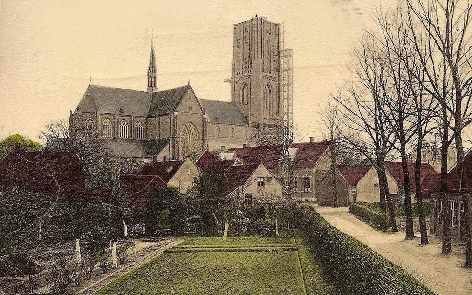 Huys en Hoff met op de achtergrong de Kerktoren in de steigers (1908)