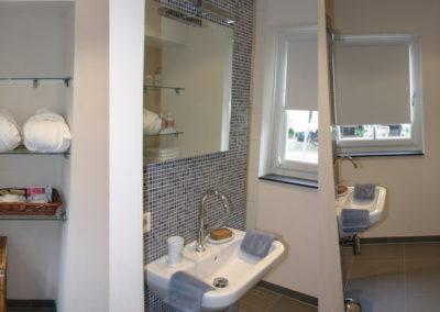 Badkamer met grote inloopdouche.