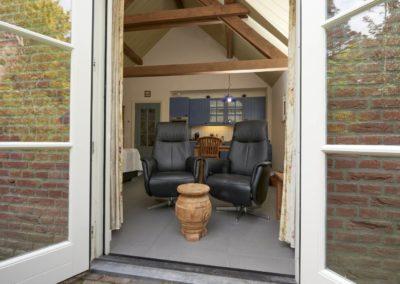 De luxe B&B fauteuils gezien vanaf het terras